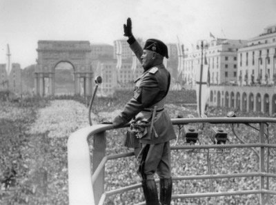 Mussolini salues a crowd in Rome. (Wikimedia Commons)